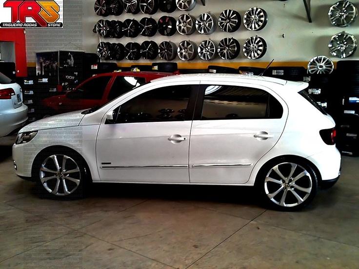"VW Gol G5 rebaixado, rodas aro 17"" réplicas, molas esportivas - Lowered white VW Gol MK5, 17"" rims, sport springs"