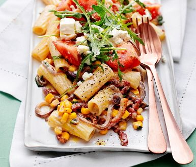 Denna pasta med fetaost och bacon är en förträffligt god rätt som du tillagar på ett kick. Bacon och lök steks i pannan, vänd ner hackad färsk basilika, majs och grädde och låt det bli varmt. Blanda ihop med den nykokta pastan och servera med en rivig rucola vid sidan.