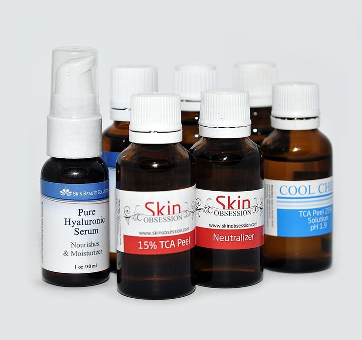 Wat is een chemische peeling? Bij een chemische peeling wordt op de huid een chemische vloeistof aangebracht die in de huid trekt en deze in lichte mate 'beschadigt'.