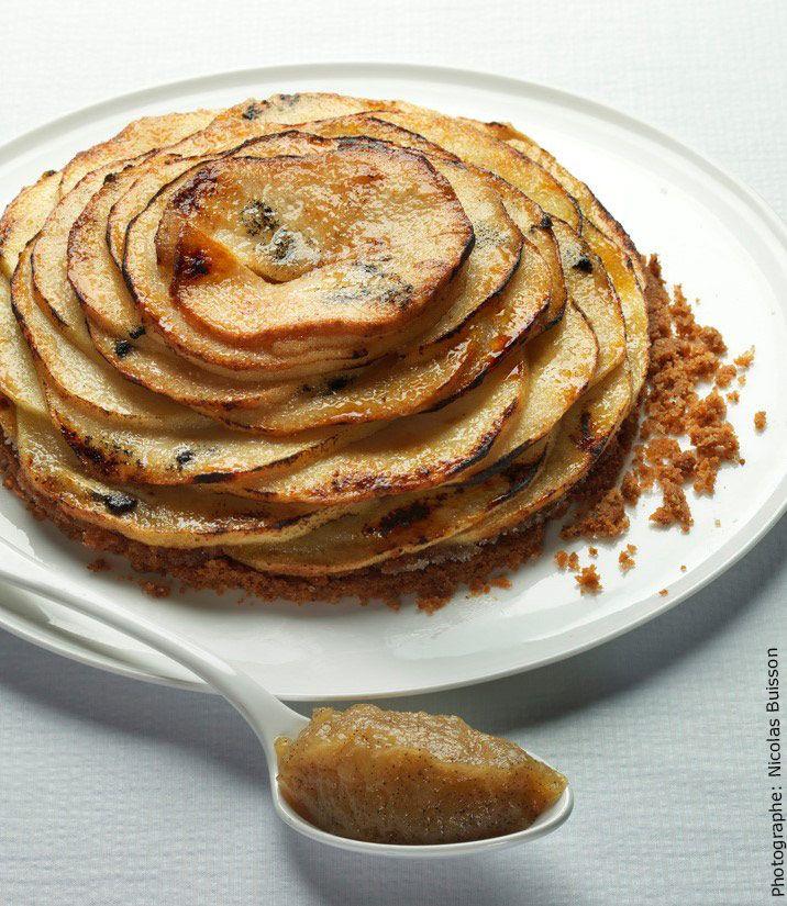 Une tarte aux pommes, une compote de pomme servie à côté de la tarte dont le feuilletage est légèrement caramélisé comme du kouign Amann.