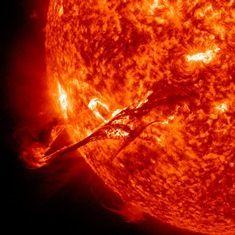 Las erupciones solares, incluídas las enormes expulsiones de masa de la corona (en la imagen) podrían ser producidas por un mismo proceso. Crédito: NASA / SDO. Los investigadores han utilizado simulaciones 3D por computadora para demostrar la relación teórica entre las erupciones a gran y pequeña escala que se pensaba que eran debidas a procesos diferentes.