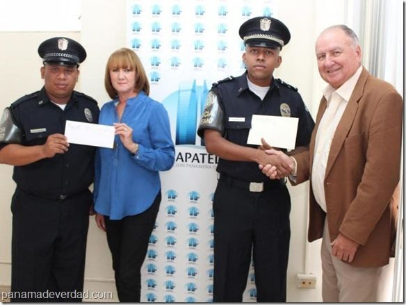 Panamá: Policía Nacional recibe reconocimiento de hoteleros por frustrar robo - http://panamadeverdad.com/2014/09/04/panama-policia-nacional-recibe-reconocimiento-de-hoteleros-por-frustrar-robo/