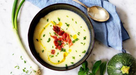 Recept på potatis- och blomkålssoppa. Soppan är lätt att variera – byt ut rotfrukter och purjolök mot annan lök. Har man ingen grädde eller crème fraiche kan den uteslutas.