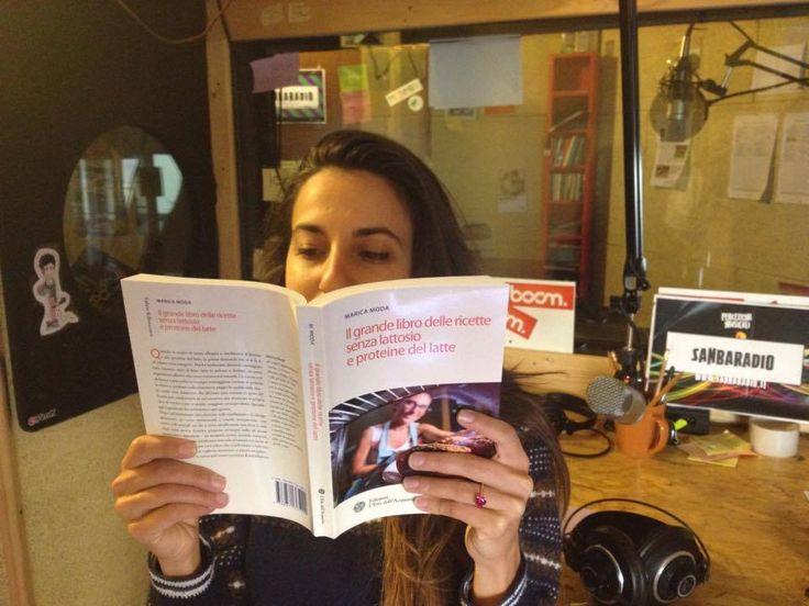 """A Storie di cucina Sanbaradio si legge """"Il grande libro delle ricette #senzalattosio e proteine del latte"""" di Marica Moda, Ed. L'Età Dell'Acquario. La radio legge.. e i libri si fanno ascoltare! Stay hungry, stay Sanba... e #Staytuned"""