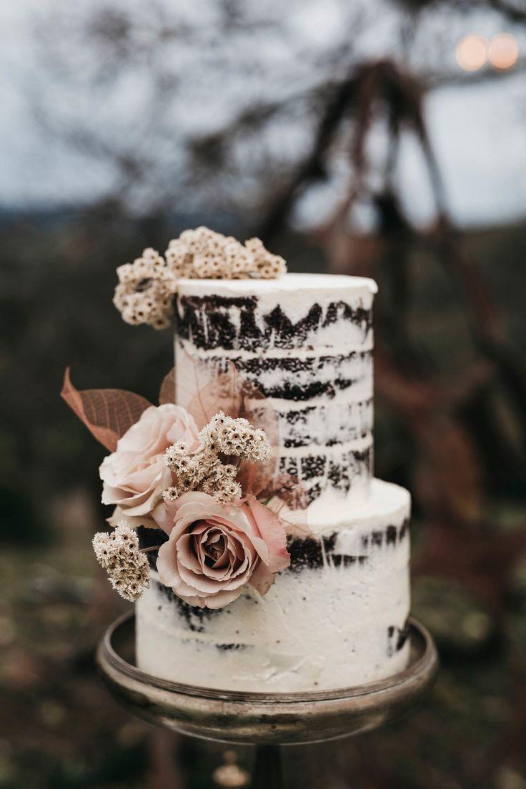 nackte Hochzeitstorte mit erröten Rosen   – Cake.