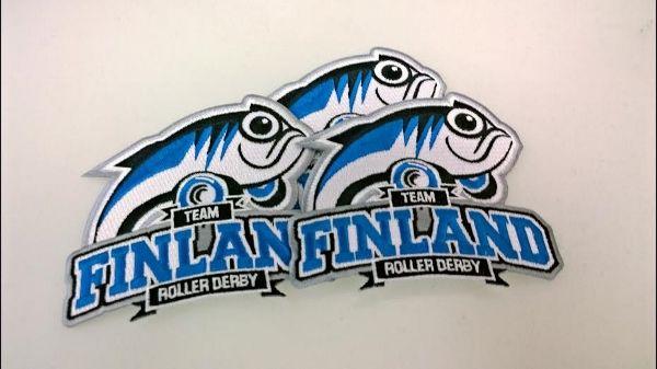 Valmistamamme kangasmerkit Team Finland  Roller Derby joukkueelle ovat tosi hyvännäköiset, joukkueen logo on näyttävä ja mieleenpainuva. Kangasmerkin koko on myös loistava, se ei ole sitä pyöreää standardi kokoa (ei pyöreässä standardi koossa ole mitään vikaa) vaan hiukan isompi ja reunat ovat laserleikatut. Me valmistamme kangasmerkkejä mihin muotoon vaan, kuten kuvastakin näkyy, ja missä koossa vain.