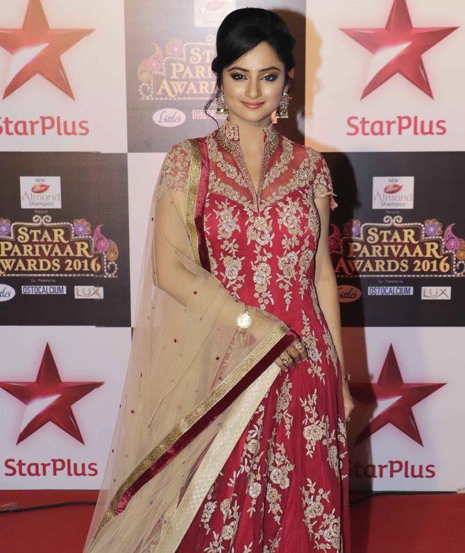 Madirakshi Mundle at the Star Parivaar Awards 2016. #Bollywood #Fashion #Style…