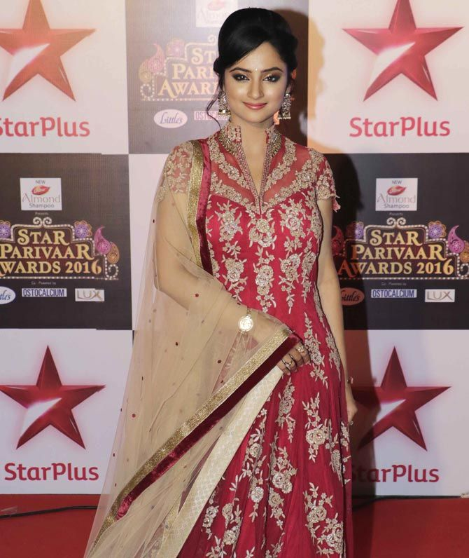 Madirakshi Mundle at the Star Parivaar Awards 2016. #Bollywood #Fashion #Style…