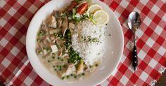 Die deutsche Reisküche hat einen Sonnenkönig: Hühnerfrikasse. Es war an der Zeit, dass auch diesem Klassiker nationaler Reiskost Respekt gezollt wird.