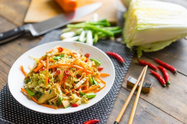 Ensalada ligera de col china y pollo al estilo asiático
