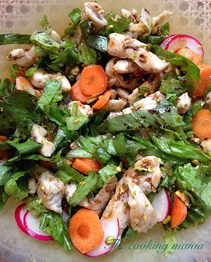 Fresca e gustosa questa insalata con pollo ai pistacchi. Preparata con croccanti verdure di stagione, è perfetta per una appetitosa e colorata cena estiva.