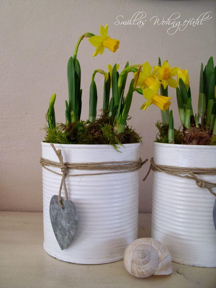 Süße Ostergrüße kann man verschenken mit Osterglocken in selbst bemalten Büchsen.