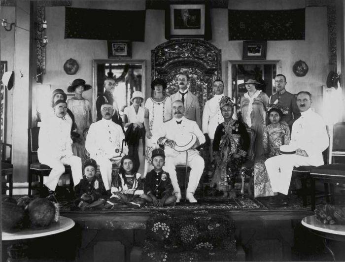 COLLECTIE TROPENMUSEUM Groepsportret tijdens het bezoek van gouverneur-generaal Mr. D. Fock aan de Stedehouder van Karangasem TMnr 60017257.jpg