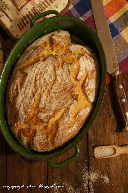 Delikatny chleb na zakwasie pieczony w żeliwnym garnku