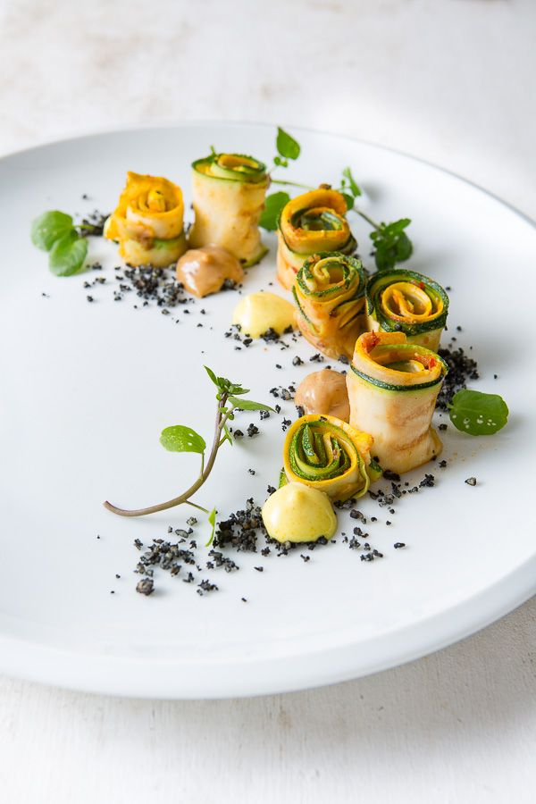 Ajvar-Zucchini-Röllchen vom Grill mit Miso-Mayonnaise, Zitronencrème und Tamari-Mandeln