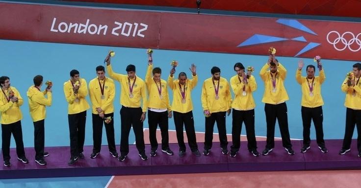 Jogadores da seleção masculina de vôlei recebem a medalha de prata nos Jogos Olímpicos de Londres