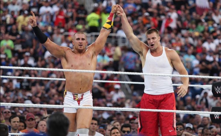 Ronda Rousey would not be the only star outside the wrestling world which interests WWE. According to The Wrestling Observer, the big entertainment company would be willing to offer a contract to American football player Rob Gronkowski as attractive as Rousey's.   ##WWE #RawMojo #RobGronkowski #Wrestlemania #WrestlingNews