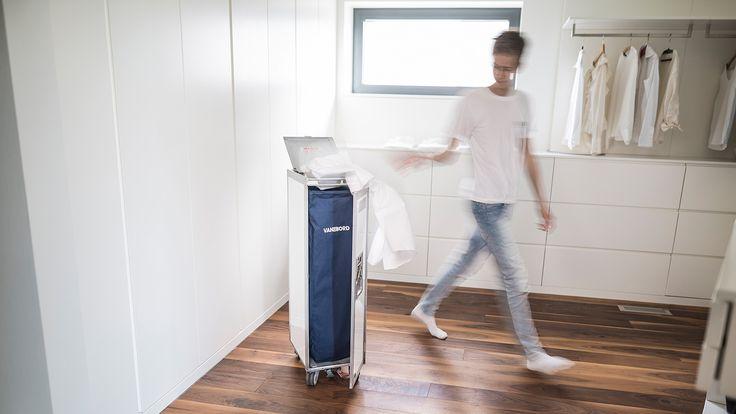 Deine Wäsche stinkt zum Himmel? Wir haben die Lösung :-) !  Als waschechte *Weltneuheit* präsentieren wir Dir den weltweit ersten Flugzeugtrolley-Wäschekorb inkl. 2-Kammer Skybag. Darauf werden Deine Socken fliegen ;-) Ab sofort nur bei VanDeBord!