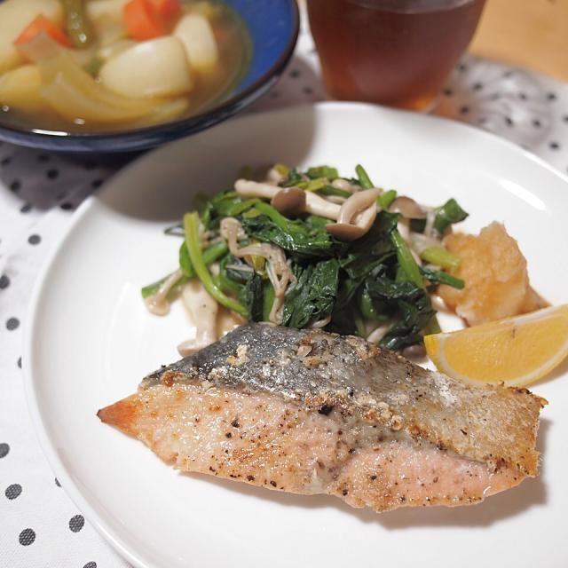 ダイエット24日目の夕食 - - - - - ✩ 鮭のムニエル ✩ ほうれん草ときのこのソテー ✩ カレースープ - - - - - - 8件のもぐもぐ - ダイエット24日目の夕食 by shizuho