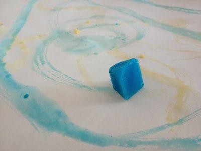 Peinture aux glaçons. Ou : profiter du grand froid ou du grand chaud - c'est selon...