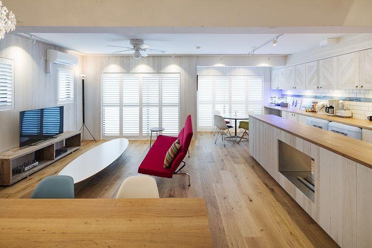 鎌倉に立地するマンション。眼前には湘南の海が広がります。最高のロケーションを活かすべく、この家のリノベーションが始まりました。西海岸の空気をまとった要素を随所に取り入れ、最高のセカンドハウスに仕上がっています。photo:KentaHasegawa[[company_board:tokyo_r]]主役は海。趣味のサーフィンに特化した部屋作り玄関周りには、ご主人の趣味であるサーフィンのボードや、道…