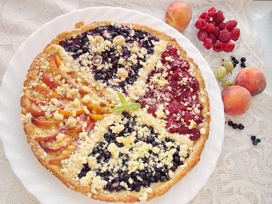 красивый летний пирог с ягодами