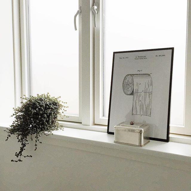 Tusinde tak til alle jeres ideer angående billede til vores badeværelse ✌️ Valget faldt på denne super fede poster, som er fra @bomedo_com - synes den var oplagt! Godt nok er den ikke hængt op endnu, men den står da også ganske udemærket der
