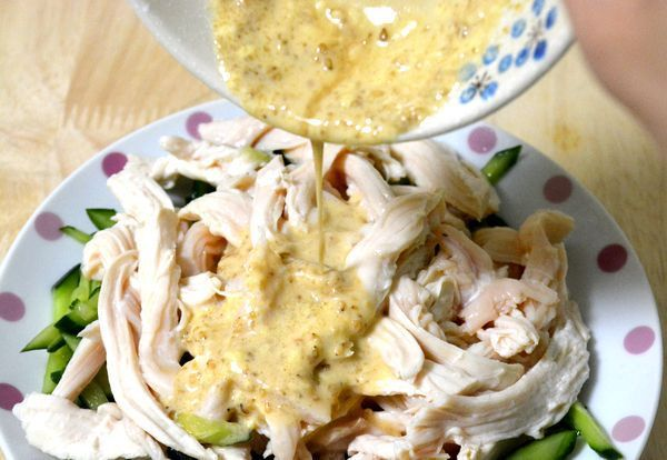 タモリさん風きゅうりと蒸し鶏のサラダ 料理好きで知られるタレントのタモリさん。個性的でおいしい自己流レシピがたびたび話題になっておりますが、ちょいと昔に(2011年6月23日の「笑っていいとも!」にて)紹介されていた「簡単でおいしい鶏胸肉の食べ方」ってご存知でしょうか。 おすすめの料理法であらためて試してみたところ、かなりお手軽かつシンプルで、サ … 《my覚書: 鶏胸肉 1枚 きゅうり 1本 ごまドレッシング 適量 鍋にお肉が浸かる程度のお水。/ 鶏胸の皮を剥く→沸騰したら鶏胸肉を入れる→火を消す→フタをして1時間置く→食べ易く千切って具材を和える》