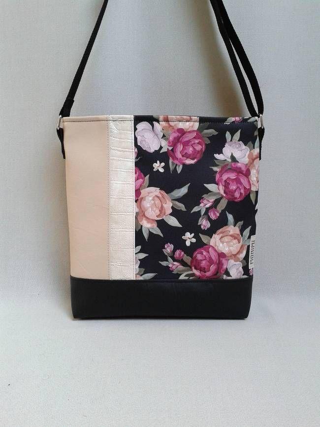 Gyönyörű angol rózsák díszítik ezt a táskát. A gyöngyvászonra nyomott minta saját tervezésű, amit nagyon szép púder színű és fekete textilbőrrel kombináltam, így ezt a táskát télen-nyáron lehet hordani. Lovely-bag 02 #női #táska