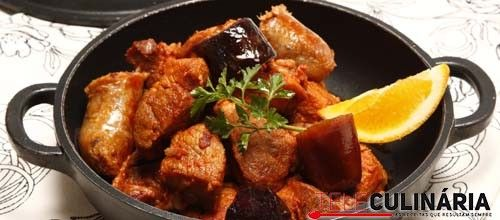 Receita de Carne de porco com enchidos. Descubra como cozinhar Carne de porco com enchidos de maneira prática e deliciosa com a Teleculinária!