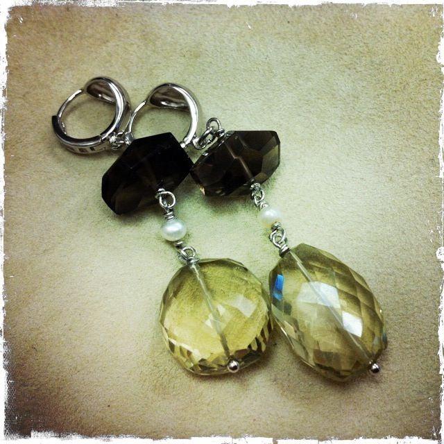 Orecchini in quarzo lemon, perla di fiume e quarzo fumo, montati su argento