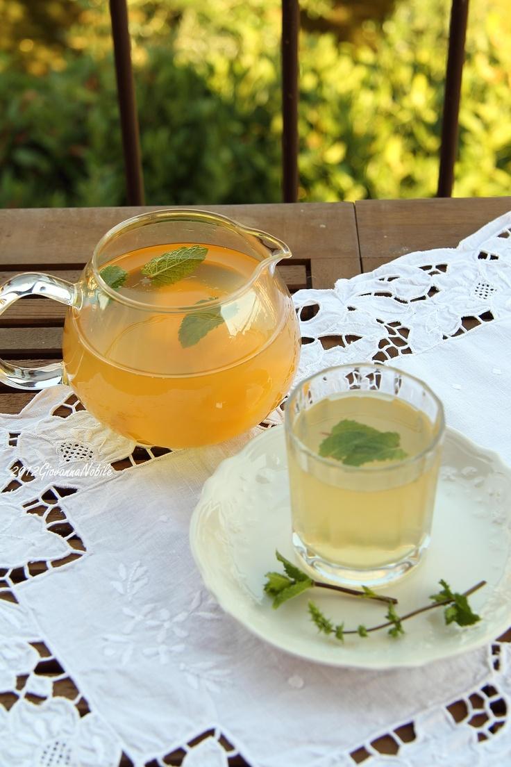 Fresca e con prodotti di stagione: pesche, limone, menta e tè freddo