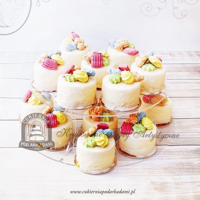 25BC Minitociki z kolorowymi bezami i polewą z białej czekolady. Mini-cakes with colorful meringues and white chocolate.
