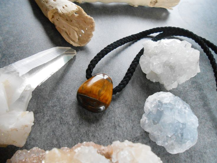 Collier simple unisex cuir de suède tressé, pendentif oeil de tigre de la boutique JewelryByPlk sur Etsy