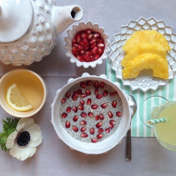Un petit pudding aux graines de chia et à la grenade pour bien commencer la journée. Une recette d'Angèle Maeght à retrouver ici http://www.ma-recreation.com/food/recettes/article/pudding-a-la-grenade-d-angele (sur cette photo, j'ai remplacé la crème de coco par du lait d'amande)