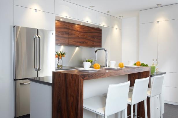 Armoires de cuisine de style contemporain.  La majorité des armoires ont été réalisé en  avec un insertion de rosewwod pour donner un accent. Le tout est harmonisé avec un comptoir de granit.