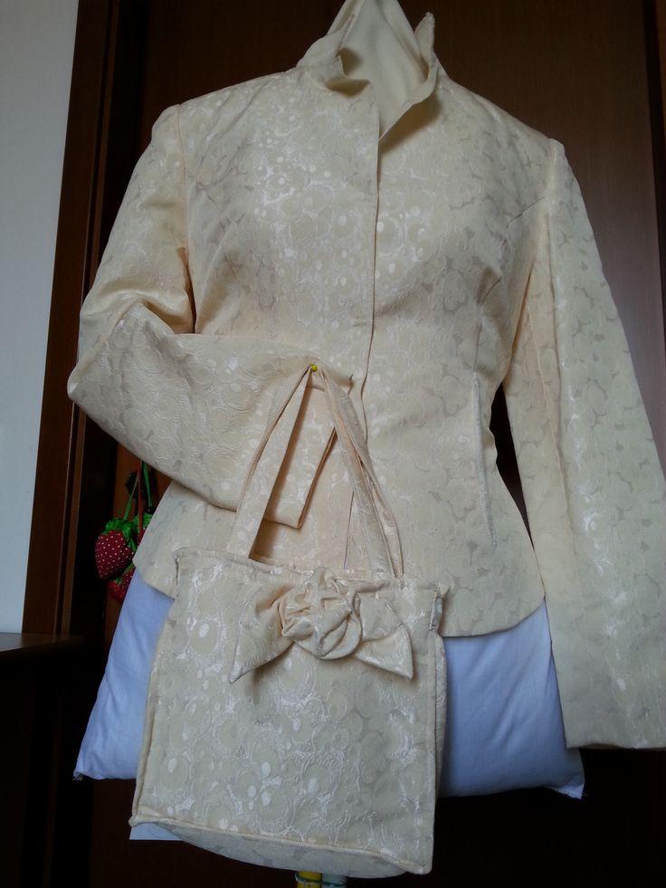 giacca in tessuto damascato con mini bag abbinata.