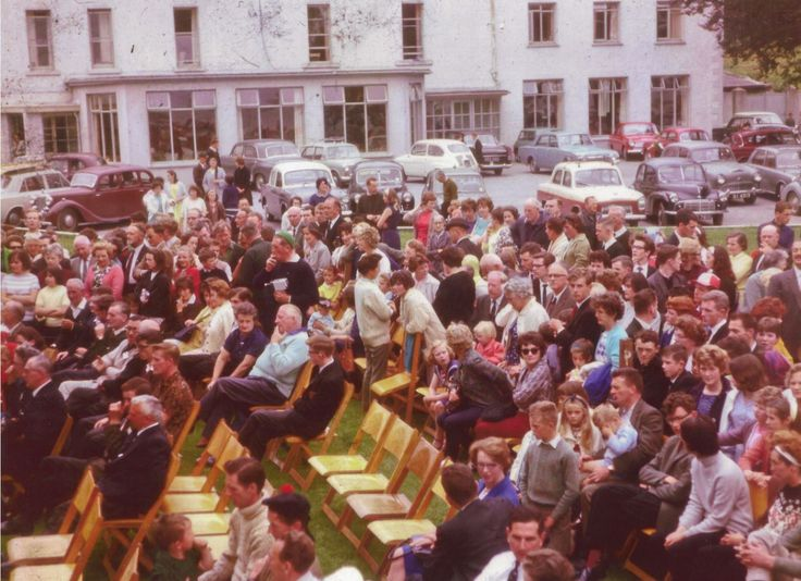 Spectators of the Shannon Boat Rally, July 1964, on the lawns in front of Hodson Bay Hotel.