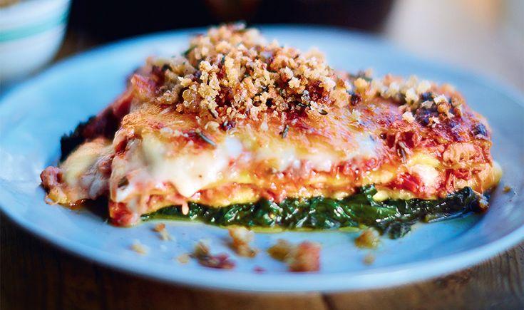 """Dit heerlijke recept voor lasagne met krokante eend komt uit Jamie Oliver's nieuwe boek """"Jamie's comfort food"""". Uitgegeven door Kosmos Uitgevers en te koop voor € 29,99. Jamie: """"Bijna iedereen houdt van een goede lasagne, maar dit is wel een heel bijzondere versie, al zeg ik het zelf. De verschillende fases, zoals het maken van […]"""