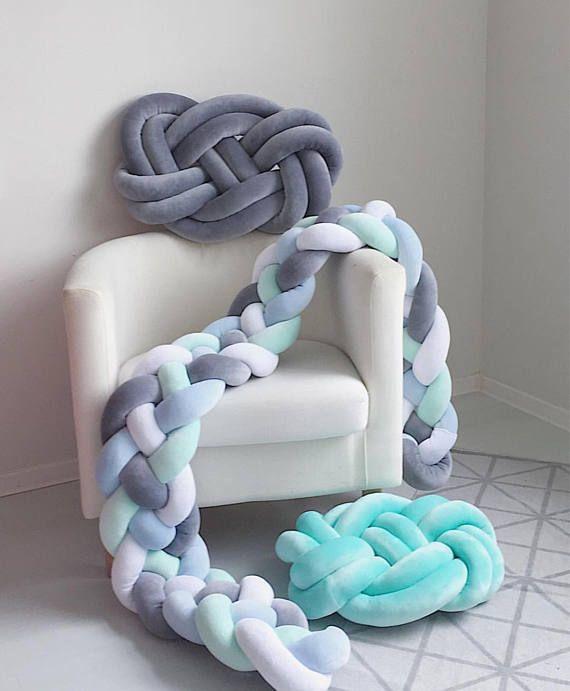 En este listado figuran topes de trenzado de terciopelo. Si usted quiere pedir algodón trenzado parachoques, siga el enlace a nuestro otro listado: https://www.etsy.com/listing/534436814/braided-crib-bumper-knot-pillow-knot?ref=shop_home_active_4 Colores del #1 al #58 es tela de algodón. Colores de #59 a #101 son tela de terciopelo. * Podemos mezclar colores 2, 3 o 4, solo escoge la opción de Mixta en color e incluir sus opciones en la sección de comentarios&#...