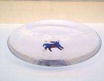 Plat Kosta Boda motif central chien bleu signé B. Vallien 1980