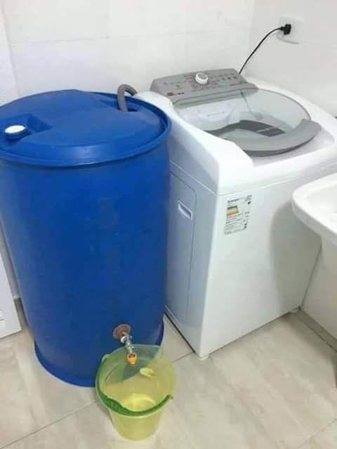 Yo junto el agua en tinas de 50 litros y cubetas de 20 litros, me sirve para lavar patio y perreras tiene jabon y suavizante hay que aprovecharla no tirarla.  Estas lavadoras aparte que hacen todo se desperdician muchisma agua.  Esta foto es de un cuarto de lavado creo que les sirve tambien para echarle agua al inodoro.   El tambor plastico o de metal es el que tengan en ese momento, lo pueden conseguir en la ferreteria comercial nuñez c.64h por circuito colonias colonia delio moreno…