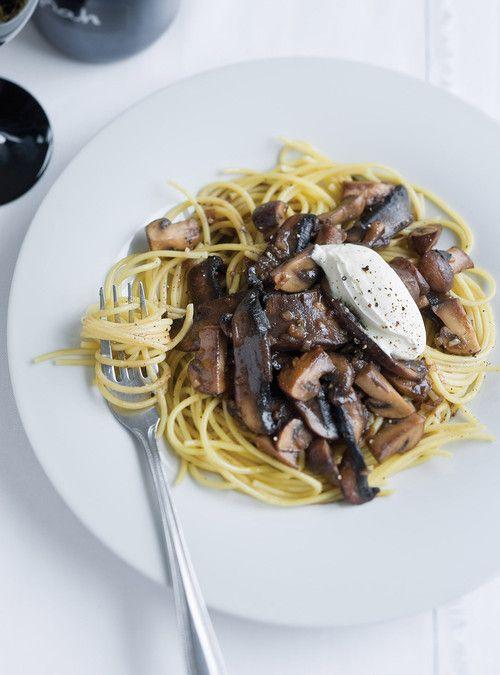 Spaghettis aux champignons Bon avec fond de veau! Important : la crème fraiche ou de la crème sûre!!!