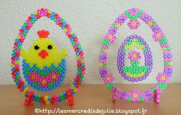 Oeufs de Pâques suspendu en perles hama Version poussin : http://lesmercredisdejulie.blogspot.com/2014/03/oeuf-de-paques-suspendu-avec-poussin.html Version fleur : http://lesmercredisdejulie.blogspot.com/2014/03/oeuf-de-paques-suspendu.html