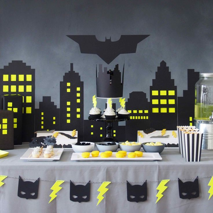 Sweet table d'anniversaire sur le thème de Batman www.rosecaramelle.fr #batman #superhéros #batmanparty #superheroe #sweettable #fete #anniversaire #party #candybar