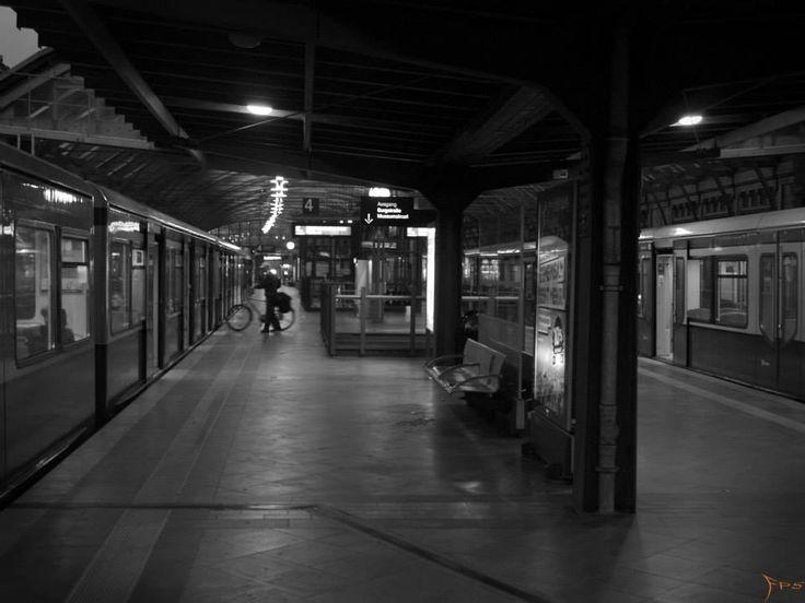 S-Bahn Berlin nachts, Effects of light at night Berlin.