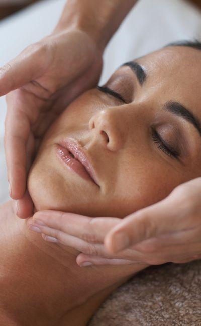 Gi bort velvære og egentid med en Luksusbehandling! Behandlingen varer i 80-90 herlige minutter og inkluderer både ansiktspleie og en rygg- og nakkemassasje.