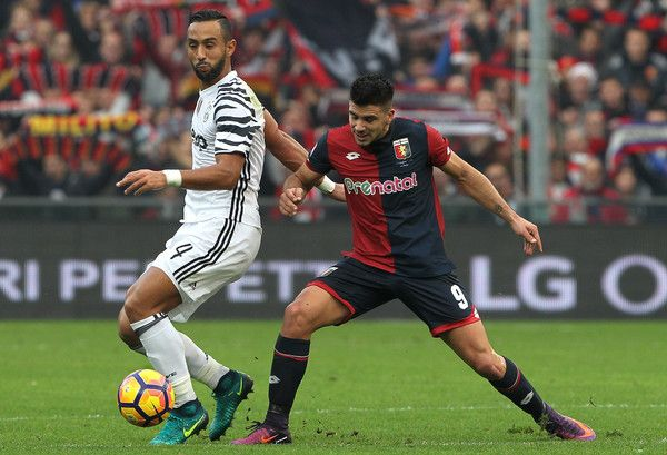 Medhi Benatia of Juventus FC competes for the ball with Giovanni Simeone of Genoa CFC during the Serie A match between Genoa CFC and Juventus FC at Stadio Luigi Ferraris on November 27, 2016 in Genoa, Italy.