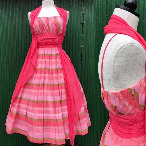 Robe de coton des années 1950. Taille s. Robe de jupe cercle complet des années 1950. des années 50 des années 50 à lanières coton robe d'été w/galon imprimé. Corsage froncé.