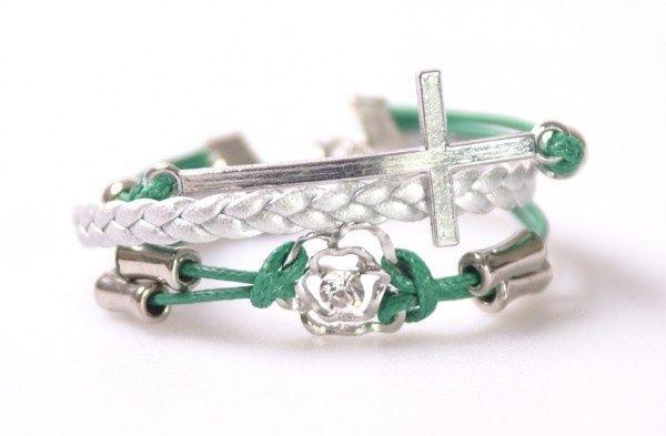 Zilver groen gevlochten armbandje met kruis en bloem | Armbanden | DamesTic